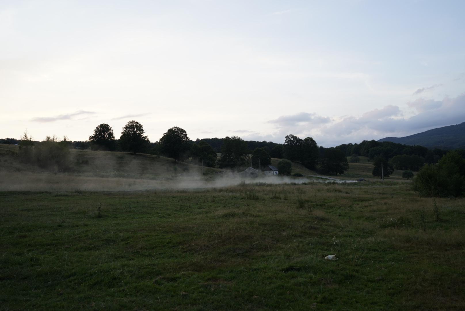 Die Einheimischen düsen neben unserem Zeltplatz vobei...